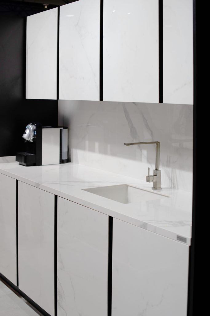 Reformar cocina en blanco y negro.